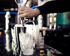 foto of tin man  - bartender pouring alchol into the tin - JPG