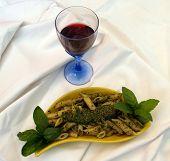 Pasta con Pesto y vino tinto