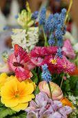 Ramo de flores de primavera con mariposa rosa