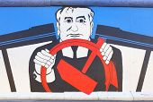Berlim - 22 de agosto: Grafite famoso de Mikhail Gorbachev no muro de Berlim, em agosto de East Side Gallery