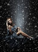 Jonge sexy dame in lingerie over Kerstmis achtergrond