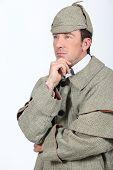 Hombre en traje de Sherlock Holmes