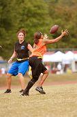 Vrouwelijke vlag voetballer vangsten een Pass