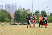 Vrouwelijke Flag Football spelers Prep voor volgende spelen