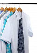 Hemden mit Verbindungen auf hölzernen Kleiderbügel, isolated on white