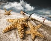 Message in a Bottle in Sand begraben