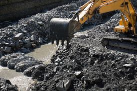 picture of excavator  - Gravel excavated in the mainstream of the river  - JPG