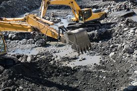 pic of excavator  - Gravel excavated in the mainstream of the river  - JPG