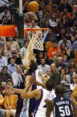 PHOENIX, AZ - 5 de noviembre: Phoenix Suns Guardia Steve Nash dribla el balón contra el Memphis Grizzl