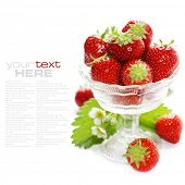 Cristal antiguo relleno con fresas frescas sabrosos sobre blanco (con texto de muestra)