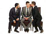 Hombres de negocios, contando un secreto