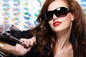 Mujer con gafas de sol de moda y bolsos