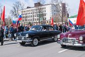 Постер, плакат: Old fashioned cars participate in parade