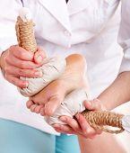 Hierba tailandesa comprimir masaje de piernas. Spa de belleza.