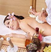 Hermosa joven en camilla para masajes en el spa de belleza. Serie.