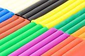 Cerca de plastilina de color en una caja