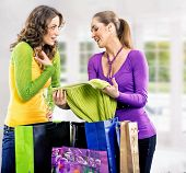 Duas meninas depois da viagem de compras