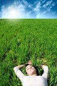 uma mulher no campo de grama