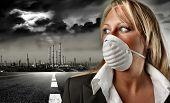 una mujer de negocios con una máscara y una fábrica grande