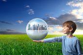 niño que tiene una ciudad dentro de una esfera