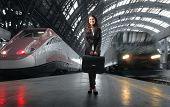 mulher de negócios jovem na estação