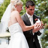 glückliche Brautpaar, sie sind Holding Tauben in ihren Händen und möchten sie frei wie ein Symbo fliegen zu lassen