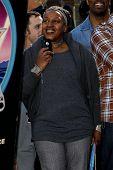 LOS ANGELES - DEC 18: CCH Pounder im Rahmen einer Zeremonie als James Cameron erhält einen Stern auf dem Hollywood-Wa