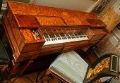 Old Clavecin (harpsichord)