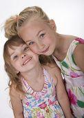 Zwei süße kleine Schwestern