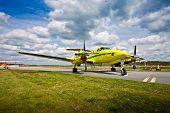 Kleines Flugzeug auf Landebahn