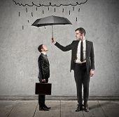 empresario con paraguas protege de la lluvia, otro hombre