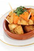 patatas bravas, patatas fritas con salsa de tomate picante, tapas españolas