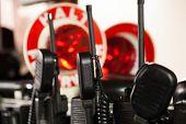 Deutsche Feuerwehrleute aufgereiht-Radios in ein Feuer-Einsatzfahrzeuge