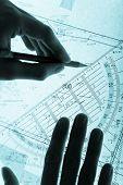Topografia plano e as mãos com um lápis