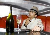 Jonge Gangster drinken In Cabaret