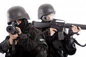 Tiro de um soldado segurando a arma. Uniforme em conformidade com services(soldiers) especial dos países da OTAN.