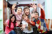 Grupo de jóvenes que se divierten juntos en casa.