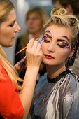 Make-up-Künstler bei der Arbeit