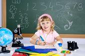 los niños niña en el aula de la escuela con microscopio en clase de Ciencias