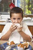 Latino Boy Essen hausgemachte cupcake