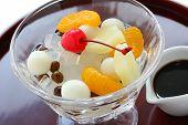 Mitsumame mit Früchten, japanische Sommer Dessert Agar Gelee-Würfel