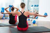 Vista do espelho de Pilates toning ball em traseira de classe de aptidão das mulheres