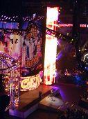 John Cena levanta as mãos no ar como ele anda na direção do anel durante o Pay Per View