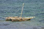 Ein kleines hölzernes Boot verankert In der Bucht