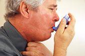 Senior mit Asthma