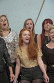 Sängerinnen von Universität von Exeter Seele Chor führen Sie Leben auf der Bühne der Weltgemeinschaft