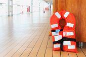 Singular salvavidas naranja se encuentra en la cubierta del crucero de pasajeros