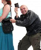Ladrão roubando bolsa de uma mulher. Conceito de seguro.