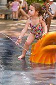 Junges Mädchen spielen im Wasser