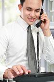 Sonriente hombre de negocios asiáticos, leyendo un informe